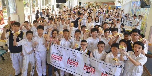 01_為食起革命大使陳嘉惠(前排左四)與150位義工學生試食爽脆包包